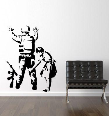 Pige visiterer soldat - Banksy